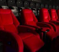 Un hombre muere a causa del reposapiés de una butaca de cine