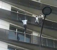 Spiderman de París: un joven escala cuatro pisos para salvar a un niño