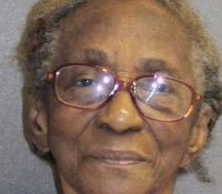 Una anciana de 95 años es arrestada por pegar a su nieta con una chancla