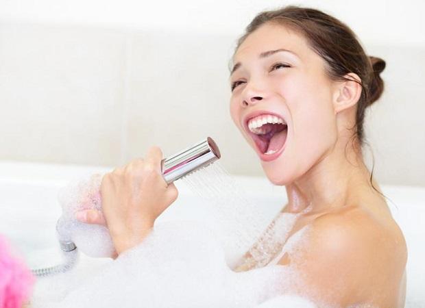 Una mujer es condenada a no cantar mientras se encuentre en su domicilio