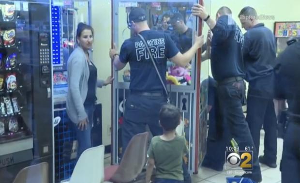 Un niño de tres años es rescatado de una máquina de juguetes