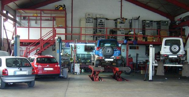 Unos mecánicos utilizan un coche que deben arreglar para irse de compras con él