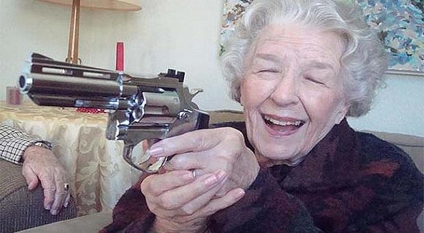 Una anciana es multada por asustar a unos pasajeros con una pistola de juguete