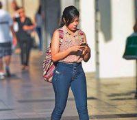 China crea un carril exclusivo para peatones que vayan mirando el móvil