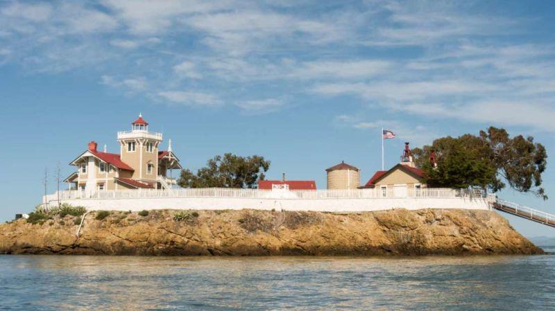 Se busca una pareja para vivir en una isla de San Francisco por 130.000$ al año