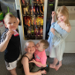 Una madre le compra una máquina expendedora a sus hijos para que hagan sus tareas