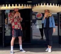 El Burger King alemán crea coronas gigantes para que sus clientes guarden la distancia de seguridad