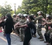 """La Guardia Nacional de EEUU baila """"La Macarena"""" en medio de una manifestación"""