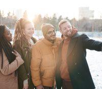 ¿Cómo hacernos selfies grupales en plena pandemia? Apple tiene la solución