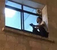 Un chico escala la fachada de un hospital para ver morir de coronavirus a su madre