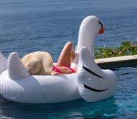 Rescatan a dos personas que iban a la deriva en un cisne hinchable gigante