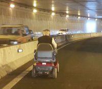 Un hombre que circula en silla de ruedas provoca un monumental atasco en Gran Canaria
