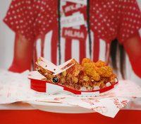 """Crocs lanza unas sandalias de KFC que huelen a """"pollo frito"""" y se agotan en el primer día de venta"""