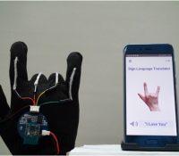 Este guante inteligente es capaz de reproducir el lenguaje de signos de manera oral