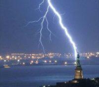 Espectacular: un rayo impacta en la Estatua de la Libertad