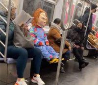 Chucky se revela contra los que no llevan mascarilla en el metro