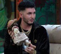 Omar Montes le regala a Broncano una muñeca que robó en Cantora