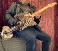 Artista rinde homenaje a un familiar transformando su esqueleto en una guitarra para sus conciertos.