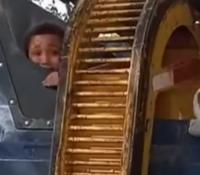 Un niño se esconde en un contenedor y casi termina triturado en el camión de la basura