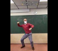 Un profesor se vuelve viral por dar clase en pijama para animar a sus alumnos
