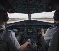 Un gato se cuela en un avión y ataca al capitán en pleno vuelo