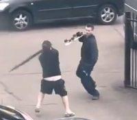 Dos sujetos desencadenan una extraña e inesperada pelea en plena calle