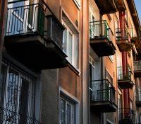 Una chica pega carteles en su ventana para declararse a su vecino