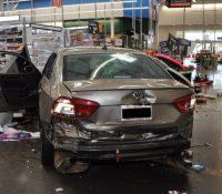 Un exempleado utiliza un automóvil para destrozar un supermercado en el que había trabajado