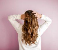 Una mujer recoge sus pelos caídos durante un año para hacerse una peluca