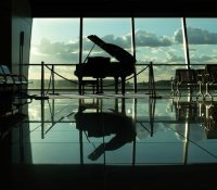 Anima a su hijo a tocar el piano en un sitio público y las imágenes se vuelven virales en TikTok dos años después