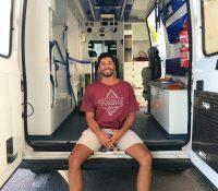 Un joven periodista convierte una ambulancia en una caravana para viajar