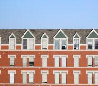 Una adolescente descubre que ha alquilado un apartamento en una residencia de ancianos