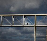 Una mujer invierte más de 130.000 euros en construir un puente para que su hijo vaya al colegio