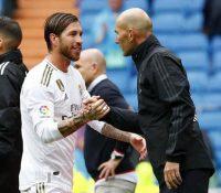 Los jugadores del Real Madrid se despiden cariñosamente de Zidane