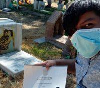 Estudiante lleva su título universitario a la tumba de sus padres