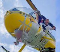 Un 'youtuber' ata a un hombre a un helicóptero con cinta embalaje para realizar un vuelo sobre Moscú