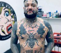 Se tatúa la cara y el cuerpo en homenaje a su bebé fallecida