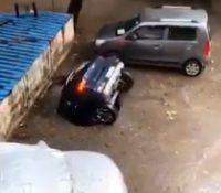 Un coche desaparece bajo el asfalto