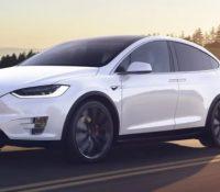 Un bebé compra, sin querer, una actualización de 8.400 euros para el Tesla