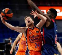 Baskonia fuerza el tercer partido ante  Valencia Basket