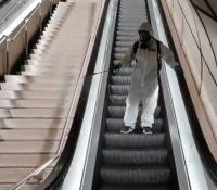 La desinfección de las escaleras mecánicas del metro de Bilbao se viraliza en redes