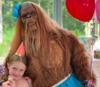 Un Bigfoot se presenta en un cumpleaños y los niños salen aterrorizados