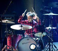 Foo Fighters invita a una niña de 11 años a su concierto y roba el show a ritmo de batería