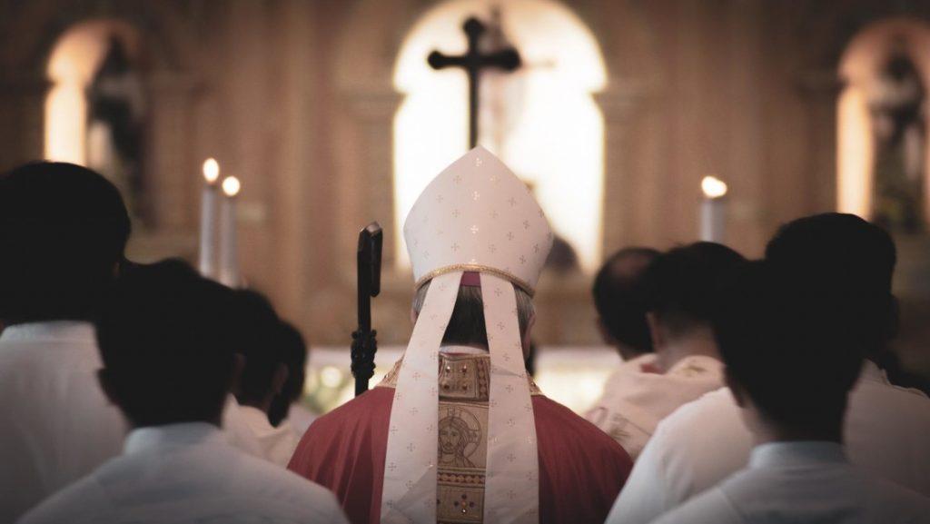 cura italiano organiza orgias con el dinerp de la parroquia